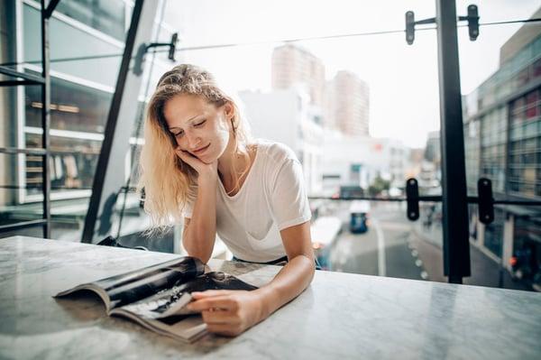Asendia publishing women reading magazin